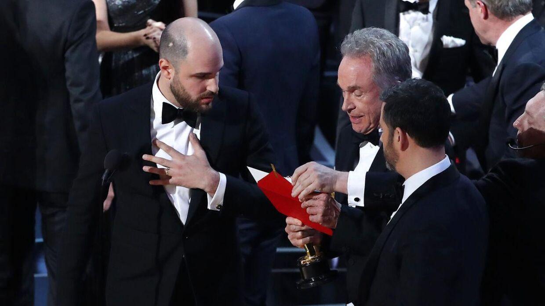 Jordan Horowitz (tv) instruktør på 'La La Land' måtte stoppe fejringen, da Warren Beatty og Faye Dunaway læste den forkerte film op som vinder af 'bedste film'-kategorien.