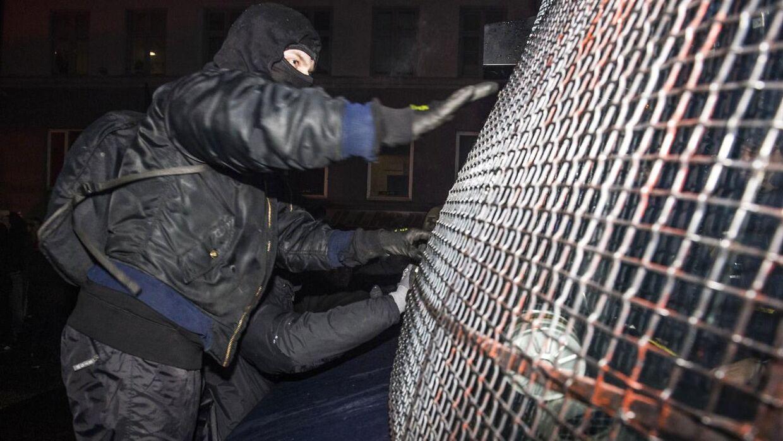 En demonstrant tager fat ved en af politiets såkaldte 'salatfade'. Onsdag aften i København.