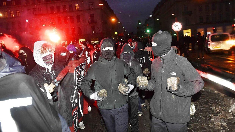 Demonstranter med brosten. Onsdag aften i København.