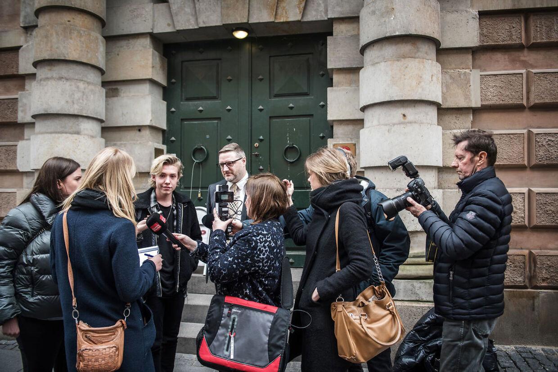 Den tidligere X Factor-deltager Mads Christian er blevet idømt en betinget fængselsstraf med for at have optaget og delt en video af en pige, han var sammen med. Han talte til pressen foran Københavns Byret efter domsafsigelsen sammen med sin advokat Rasmus Sølberg og sin far, Allan Lyhne.