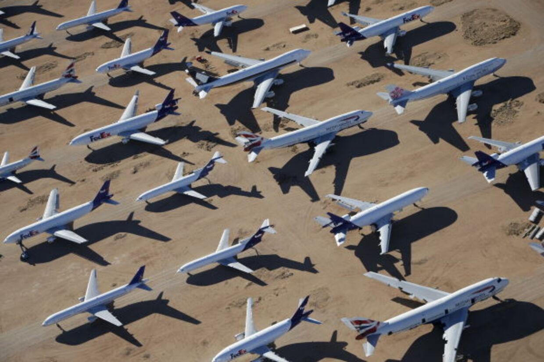 3. Kommercielle fly kan flyve sikkert med kun én motor, og kan lande helt uden nogen. Det kan se ud som om, at det kun er motorerne, der holder flyet i luften. Man forestiller sig, at flyet snurrer rundt og styrter ned, hvis en af motorerne går i stykker, men alle kommercielle fly kan flyve perfekt med kun én motor...