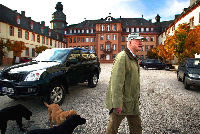Prins Richard med sine hunde foran slottet i Berleburg...