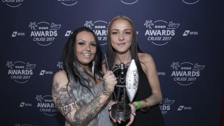 Siri (tv.) og Emma (th.) der sammen med de andre 'Prinsesser fra Blokken' løb med prisen 'Årets Originale TV-Program' ved årets 'Zulu Awards'.