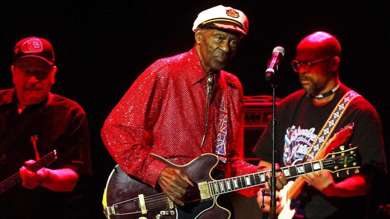 Chuck Berry (i midten) er død. Han blev 90 år. Her ses han i Sverige under Polar Music Price tilbage i 2014.