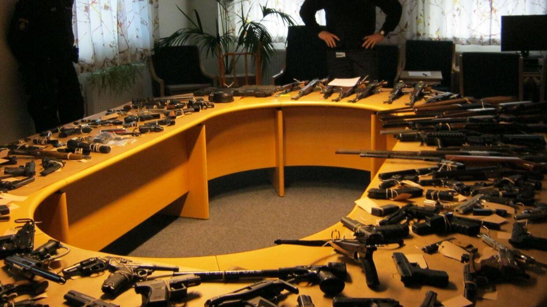 Malmø Politi viser beslaglagte våben frem. Våben, som kommet ulovligt til Sverige og formentlig gennem Danmark først. (Foto: Malmø Politi)