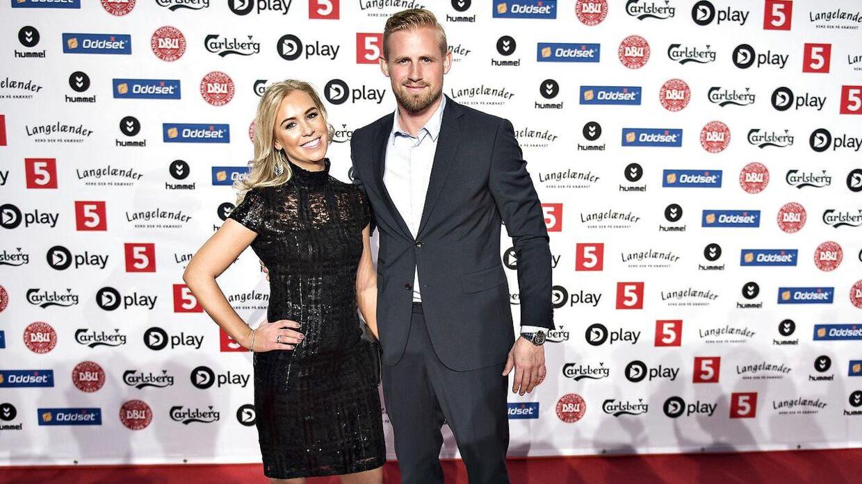Leicesters danske målmand, Kasper Schmeichel, ankom som en af de første til Dansk Fodbold Award sammen med sin hustru, Stine Gyldenbrand.