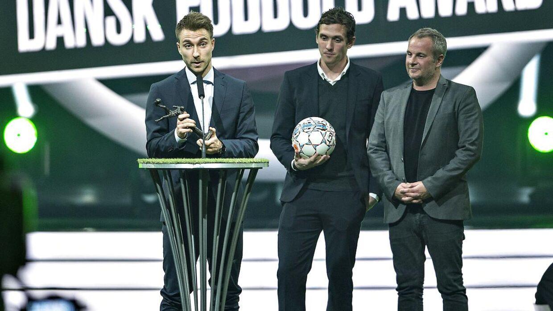 Christian Eriksen (tv) fik prisen for Årets Mål ved Dansk Fodbold Award