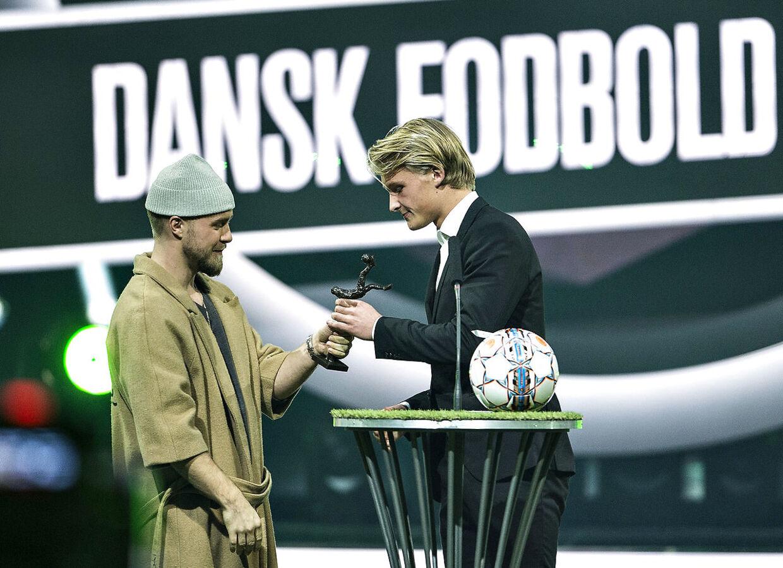 Dansk Fodbold Awards blev mandag aften afholdt i Forum Horsens. Prisuddelingen er arrangeret af DBU og Kanal 5. Her er det Årets Mandlige Talent, der gik til Kasper Dolberg : (foto: Henning Bagger / Scanpix 2017)
