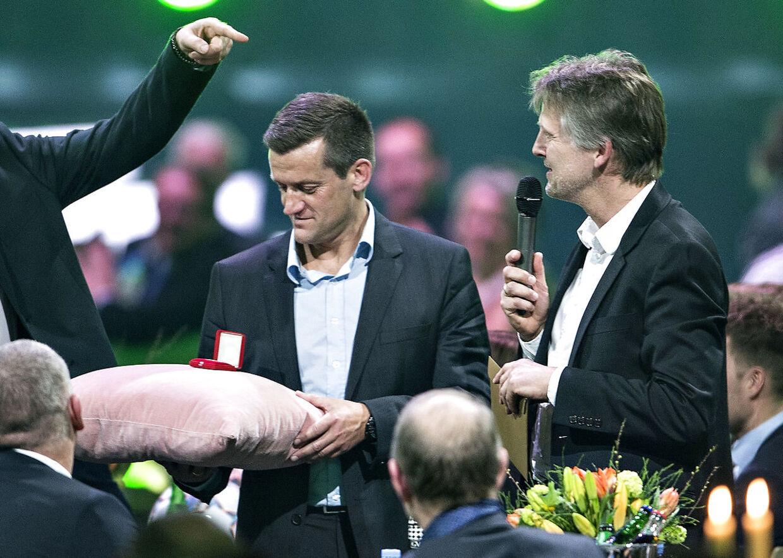 Dansk Fodbold Awards blev mandag aften afholdt i Forum Horsens. Prisuddelingen er arrangeret af DBU og Kanal 5. Her får Morten Bruun en ny guldmedalje : (foto: Henning Bagger / Scanpix 2017)