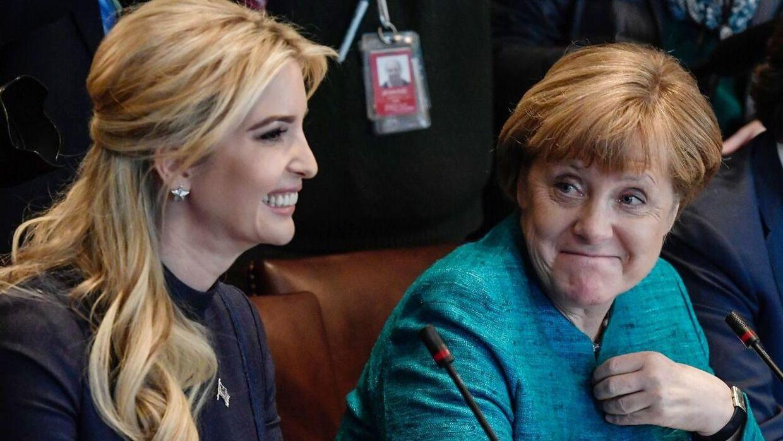 Ivanka Trump (tv.) ved siden af den tyske kansler Angela Merkel under et møde i Det Hvide Hus den 17. marts.