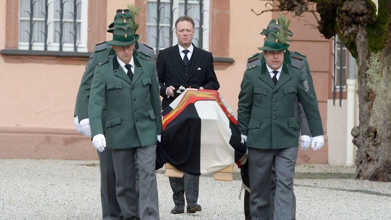 Prins Gustav med sin far, Prins Richards, kiste i forbindelse med transporten af kisten fra slottet i Berleburgs kapel til den lille kirke, hvor bisættelsen skal foregå.