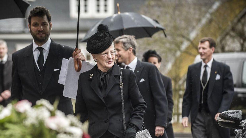 Dronning Margrethe ankommer til prins Richards bisættelse 21. marts. I baggrunden ses Kronprins Frederik, Prins Joachim og Prinsesse Marie.