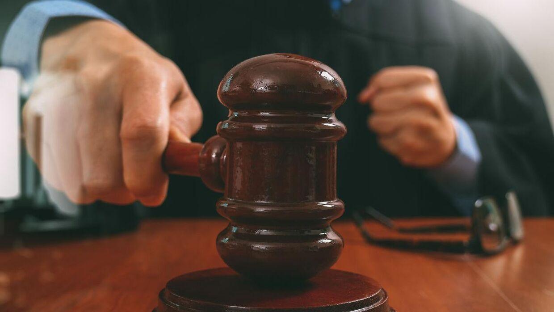 En mand, der var anklaget for at voldtage en kvinde i en hospitalsseng, er frikendt, fordi kvinden ikke skreg.