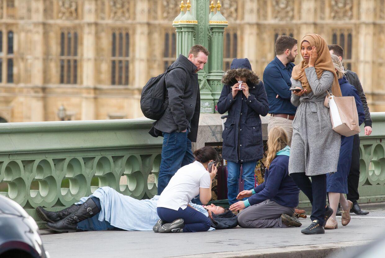 Her ses den omtalte kvinde på et andet billede, hvor hun ikke ser på sin telefon.