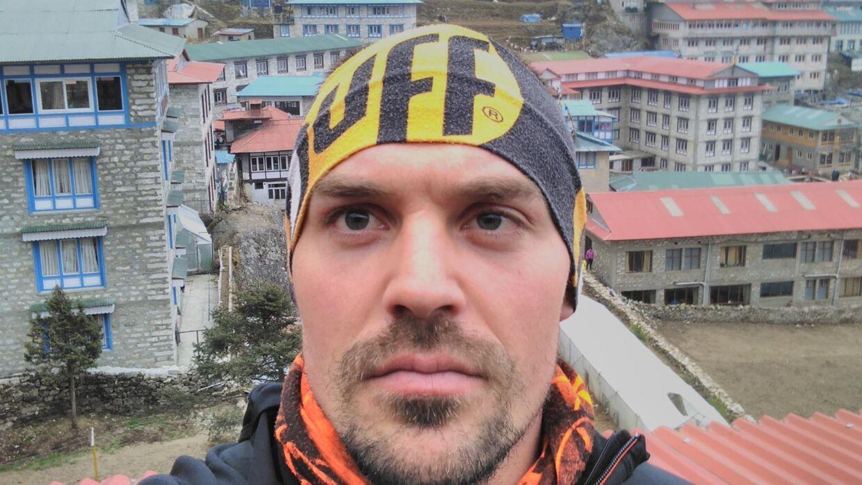 Selfie med Namche Bazaar i baggrunden (3.500 meters højde)