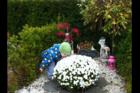 Sønnen Mathéo besøger søstrenes gravplads.