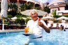 """I årtier har danske Svend Petersen kræset for de rige og berømte i Hollywood. Svend Petersen er rekrationschef på det fornemme """"The Beverly Hills Hotel"""""""