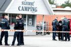 Politiet finder dræbt mand på Stjerne Camping d. 24.05.2017 En mand er dræbt, og en anden er i kritisk tilstand, oplyser Syd- og Sønderjyllands Politi. Syd- og Sønderjyllands Politi oplyser i en pressemeddelelse, at en mand er blevet fundet dræbt på en campingplads i Vejers, der ligger vest for Varde. En person er anholdt i sagen . (Foto: John Randeris/Scanpix 2017)