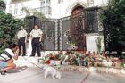 I dagene efter Gianni Versace blev myrdet ophobede der sig et mindre blomsterhav foran den port, hvor han blev dræbt.