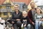 »Min mand og jeg har en drøm om at få et lille hyggeligt hotel engang,« siger 40-års fødselaren Lene Beier, der lige har bygget hus i TV2-programmet 'Beier bygger' med sin mand, Anders. Her er de med børnene, Otto på seks og Arthur på otte.Den travle tv-vært er lige gået igang med optagelser i Thisted til den fjerde sæson af 'Landmand søger kærlighed'.(Foto: Søren Kirkegaard/ TV 2)