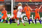 DRs kommentator, Henrik Liniger, er ikke enig i kritikken af kommenteringen ved EM i fodbold for kvinder. For eksempel blev de danske kvinder (hvide trøjer) sablet ned for indsatsen i første halvleg mod Holland.