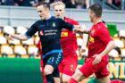 Lasse Vigen (tv.) scorede for Brøndby søndag aften, men seerne fik ham ikke at se i studiet efterfølgende.