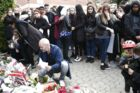 Massevis af mennesker mindes tirsdag sen eftermiddag den skuddræbte 16-årige.