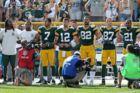 Aaron Rodgers (med nummer 12) vakte opsigt, da han i slutningen af september lagde et billede på Instagram, hvor han knælede med tre Green Bay Packers-holdkammerater.