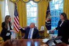 Et interview med Reuters endte onsdag med et skænderi mellem præsidenten og hans kommunikationsdirektør, Hope Hicks (tv), mens pressetalskvinde Sarah Sanders ser på.