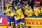 Sverige fejrer scoring i VM-finalen mod Schweiz. / AFP PHOTO / JOE KLAMAR