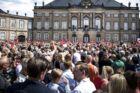 Tusindvis af mennesker var mødt op på Amalienborg Slotsplads for at fejre kronprins Frederik lørdag.