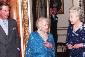 Charles, Prinsen af Wales, Dronningemoderen Elizabeth og Dronnning af Storbritannien Elizabeth II i 1998 i forbindelse med Prinsen af Wales' 50 års fødselsdag.