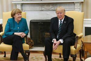 Det efterhånden famøse øjeblik, hvor det virkede til, at Trump ikke ville give Merkel hånden.