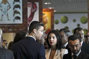 Cristiano Ronaldo har ifølge portugisiske Correio da Manha forbudt sin kæreste at holde fester.