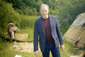 Lars Mikkelsen er fortælleren i DR's nye, store dokumentarserie om Danmarkshistorien, hvor der i seneste afsnit havde sneget sig en noget pinlig fejl ind.