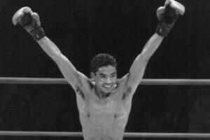 I 1988 toppede prof-bokseren Lars Lund Jensens sportslige karriere, men samtidig begyndte den kriminelle løbebane, der foreløbig har sendt ham 10 år bag tremmer. Om et par uger står han igen tiltalt - og igen for vold og voldtægt mod en kæreste.