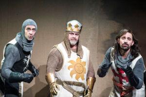 Foto fra Ppemieren på Monty Python-musicalen Spamalot. Medvirkende i musicalen er blandt andre Martin Brygmann, Stig Rossen og Kenneth M. Christensen.