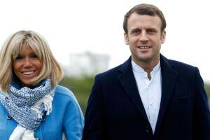 Den franske præsidentkandidat Emmanuel Macron (th) har en hustru, der er 24 år ældre end ham selv. Nu beskyldes hun får at være pædofil og pervers. (Arkivfoto)