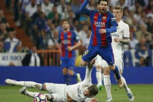 Real Madrids Sergio Ramos fik rødt for at lave en to-fod-tackling på Barcelonas Lionel Messi i El Clasico.