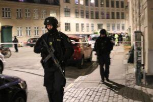 Svært bevæbnet politi befinder sig lige nu på Vesterbro i København, efter der har været anmeldelser om skud.