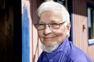 Manden med det blå hus i Sandved hedder Thor Nørgaard, og han vil ikke betale de bøder, han har fået for at male sit eget hus blåt. Nu skal den 76-årige mand muligvis i fængsel.