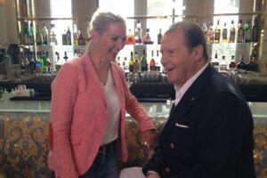 Roger Moore er død. På billedet ses Annette Heick og Roger Moore under optagelserne i Monaco tilbage i 2013.