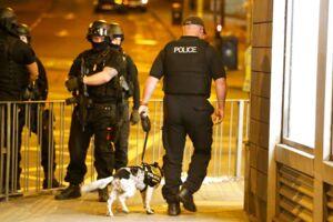 Bevæbnet politi var talstærkt til stede, efter angrebet i Manchester.