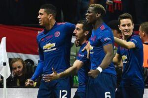 Glade Manchester United-spillere fejrer det ene af holdets to mål i Europa League-finalen. BT belønner Chris Smalling (tv) med topkarakteren 12.