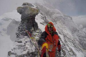 """Her nåede Rasmus Kragh til på sit topforsøg den 22. maj. Klippen til venstre for ham hedder """"Mushroom Rock"""" og ligger i 8.600 meter. Han nåede kun lidt højere op, hvorefter han måtte vende om på grund af kraftig vind og storm."""