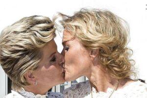 TV-lægen Charlotte Bøving (th) bliver gift med sin partner Pernille Lok i Ho Kirke i Blåvand lørdag d. 27. maj 2017. Parret har kendt hinanden gennem længere tid. (Foto: John Randeris/Scanpix 2017)