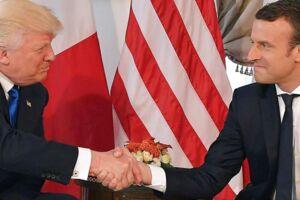 Donald Trump og Emmanuel Macron hilser på hinanden til NATO-topmødet i Bruxelles i sidste uge.