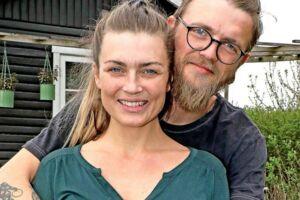 36-årige Trine Enevoldsen fra Silkeborg er blevet kærester med en anden deltager Kasper Brock Jørgensen fra TV2-programmet »Hjem til gården«