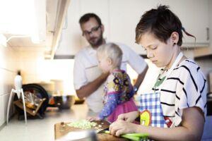 Danske forældre stiller for få krav til deres børn, mener børnepsykolog Per Schultz Jørgensen, som opfordrer forældre til at inddrage deres børn mere i de daglige gøremål. (Arkivfoto)
