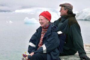 Dronning Margrethe og Prins Henrik nyder udsigten i den lille bygd Tiniteqilaaq.